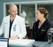 Richard Flood ed Ellen Pompeo in una scena di Grey's Anatomy 16