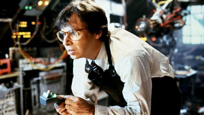 L'attore Rick Moranis con un telecomando.in mano nel film