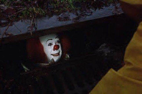 Pennywise esce dal tombino