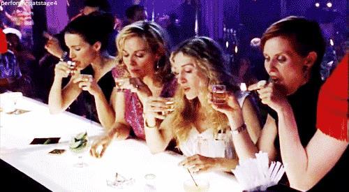 Carrie e le altre ragazze di Sex and the city al bancone di un club