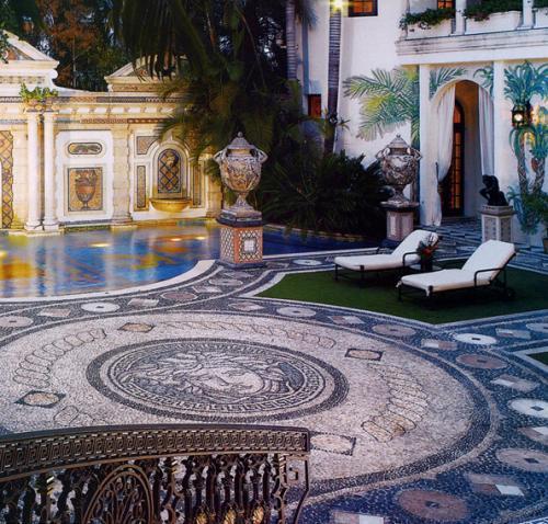 Lettini e marmo nella piscina di Villa Casuarina