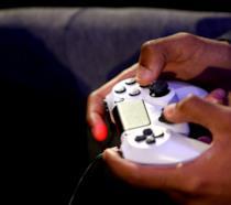 DualShock 4, il controller di PlayStation 4, mentre viene utilizzato da un utente
