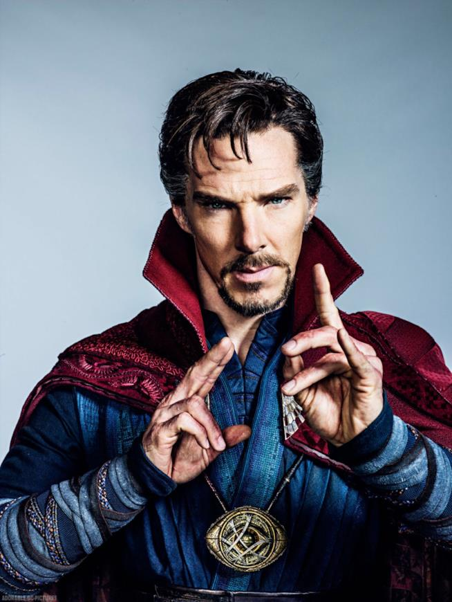 Benedict Cumberbatch in costume di scena per Doctor Strange mostra l'iconica posa del personaggio