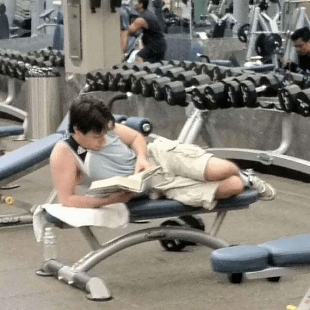In palestra: ragazzo che legge un libro