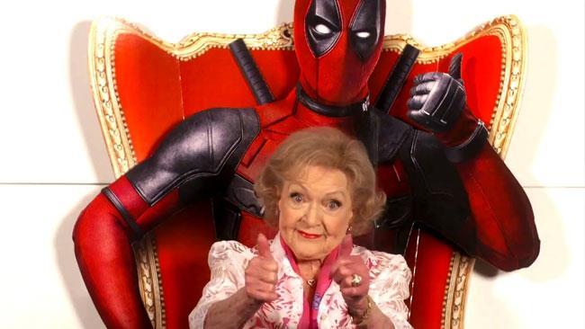 Betty White seduta su uno stand-in di Deadpool