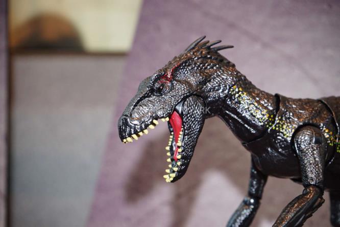 Primo piano del giocattolo Mattel dell'Indoraptor.