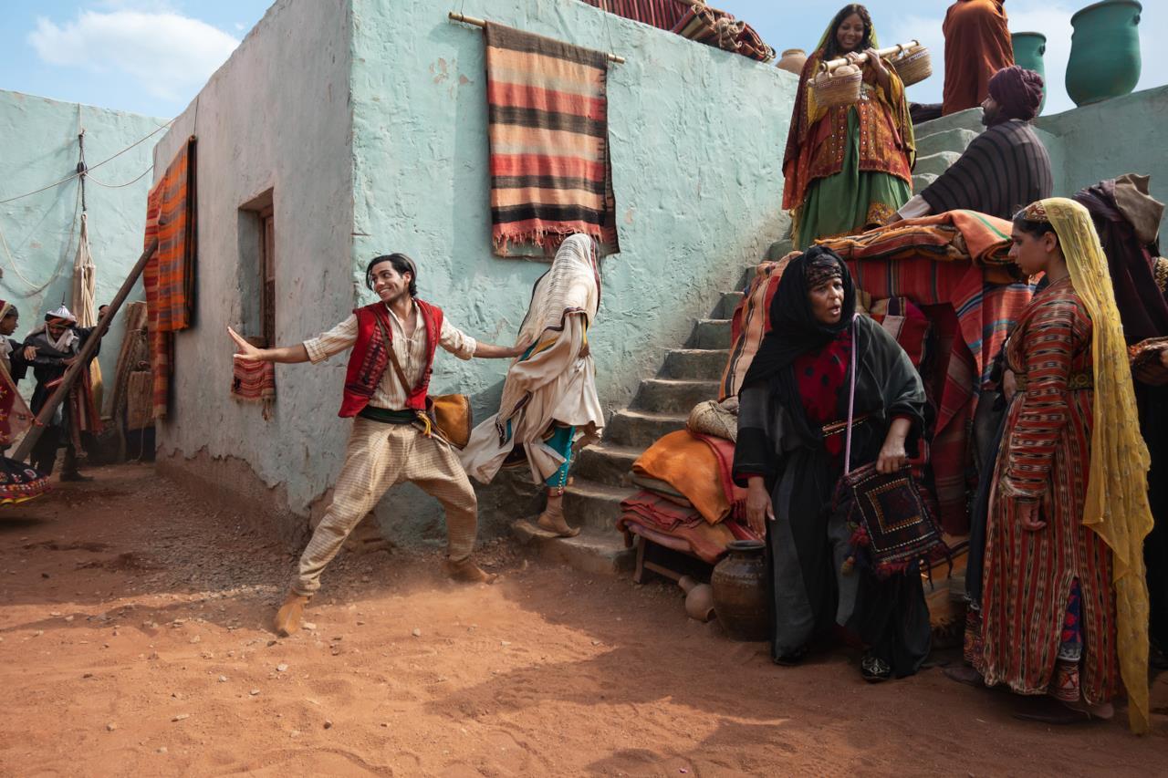 Jasmine esplora con Aladdin la città di Agrabah