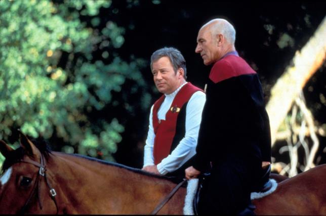William Shatner e Patrick Stewart a cavallo, nelle loro uniformi di James Kirk e Jean-Luc Picard