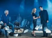 Chris Carter con Gillian Anderson e David Duchovny in una foto promozionale di X-Files