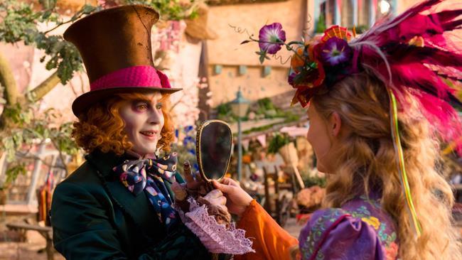 Alice e il cappellaio in un'immagine promozionale di Alice Attraverso lo Specchio