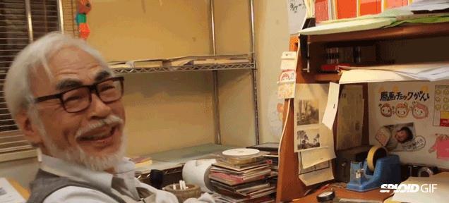 Hayao Miyazaki seduto alla sue scrivania
