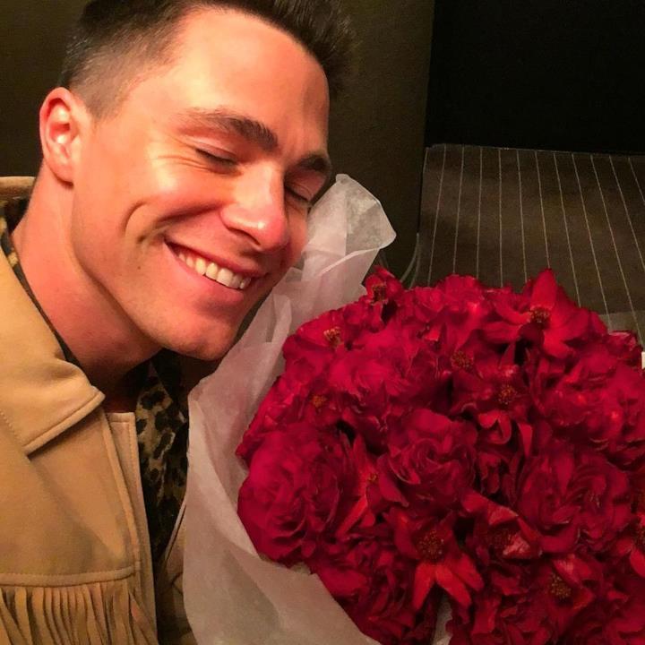 Colton Heyes sorridente con un mazzo di fiori