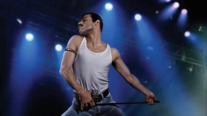 Rami Malek si esibisce sul palco come Freddie Mercury in Bohemian Rhapsody