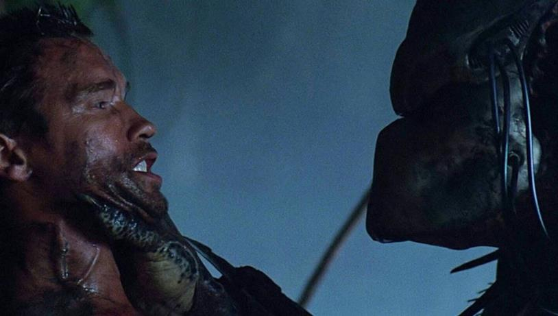 Arnold Schwarzenegger alle prese con il Predator nel film del 1987