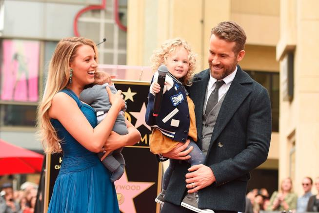 Primo piano di Blake Lively e Ryan Reynolds con le loro figlie