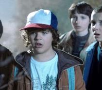 Una scena della serie Stranger Things con Dustin, Undici, Will e Lucas