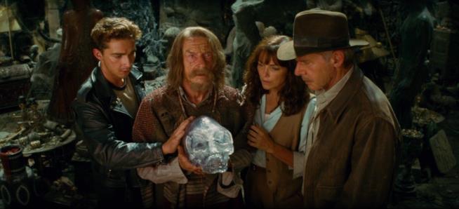 Shia LaBeouf tocca il teschio di cristallo con Harrison Ford