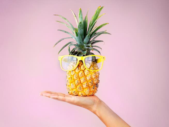 Ananas con gli occhiali da sole