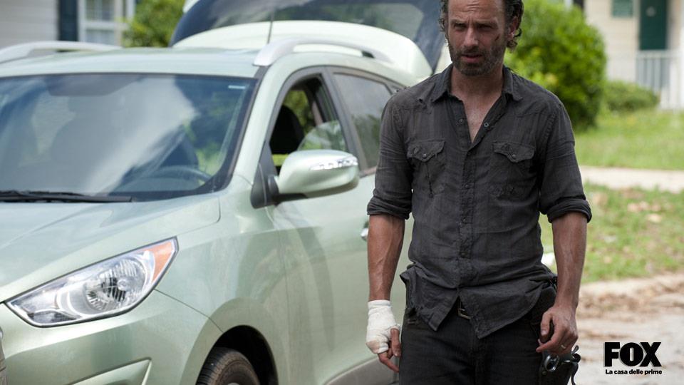 Al contrario del fumetto, Rick non perde la mano per non complicare con troppa computer grafica le scene d'azione.