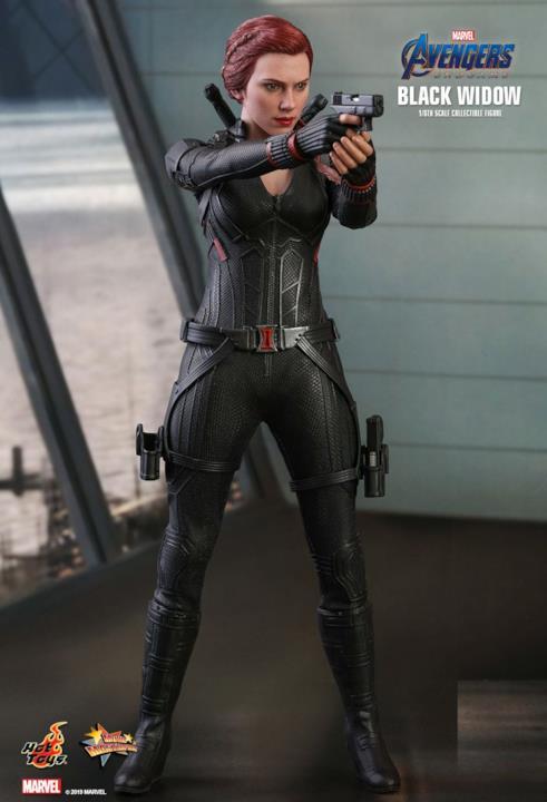 Black Widow con le sue pistole nella figure di Hot Toys