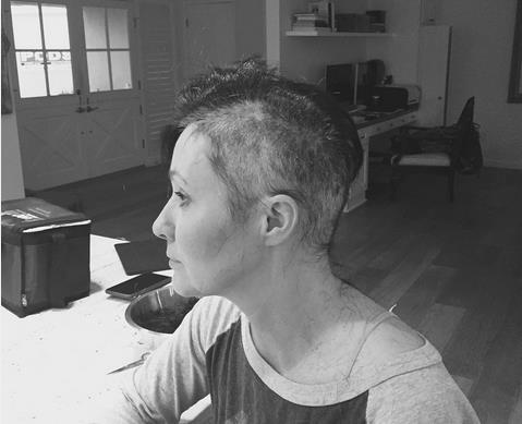 Un'immagine toccante di Shannen Doherty rasata post chemioterapia