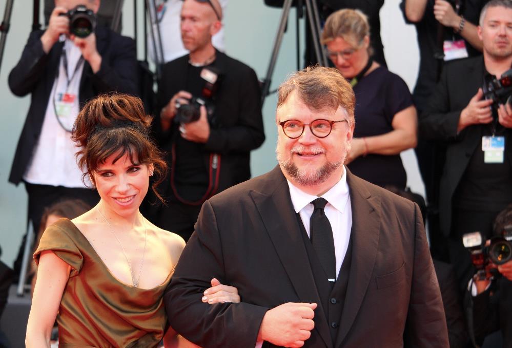 Guillermo Del Toro e Sally Hawkins posano per le foto sul red carpet di Venezia 74.