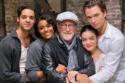 David Alvarez, Ariana De Bose, Steven Spielberg, Rachel Zegler e Ansel Elgort sul set del film