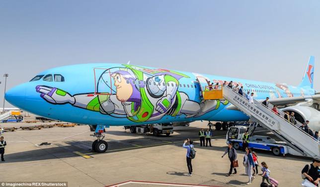 Dettagli della facciata sinistra dell'Airbus A 330 di China Eastern Airlines con il murale di Buzz