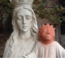 In foto la Madonna e il Gesù che assomiglia a Maggie Simpson