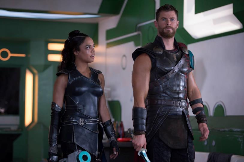 Chris Hemsworth e Tessa Thompson in Thor: Ragnarok