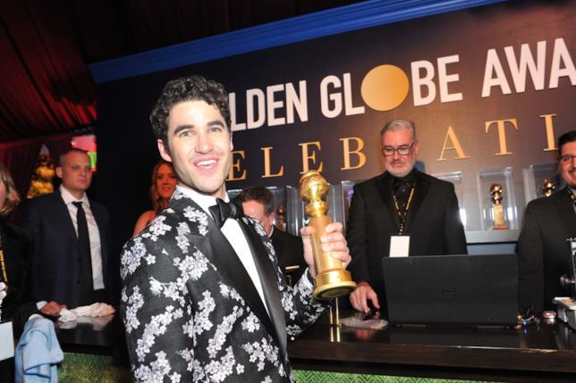 Darren Criss con il suo Golden Globe per L'assassinio di Gianni Versace