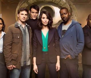 I protagonisti del telefilm, in piedi, e la macchina per viaggiare nel tempo sullo sfondo