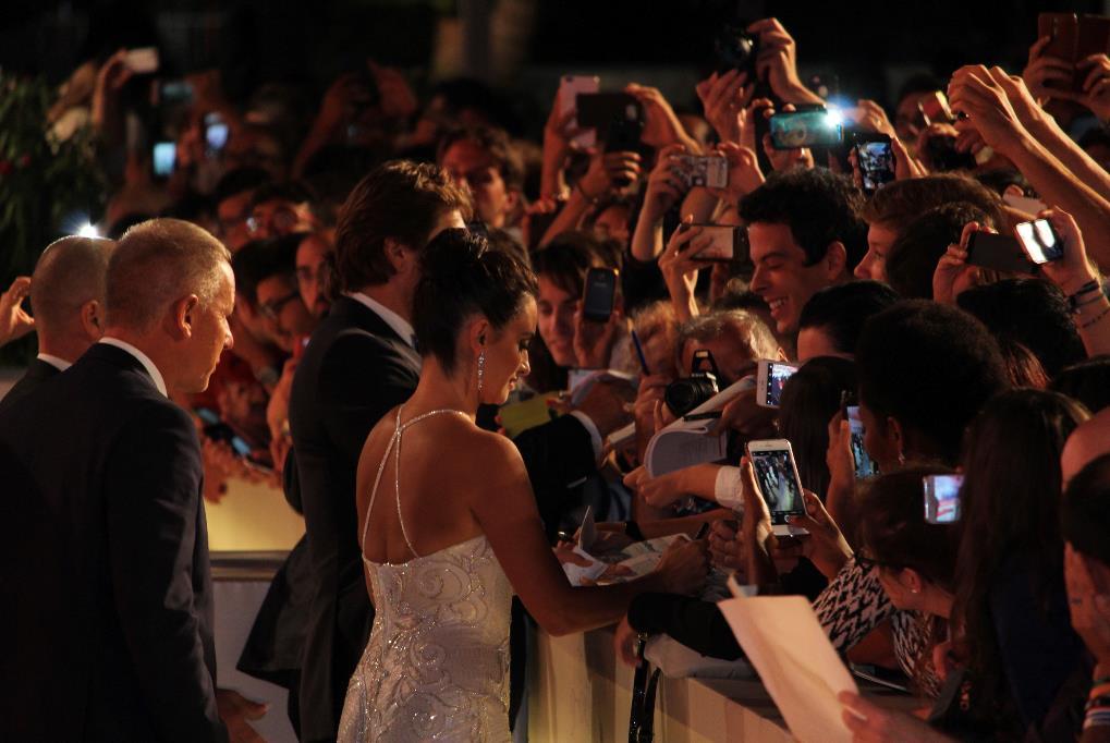 Penelope Cruz e Javier Bardem firmano autografi ai fan a Venezia 74.