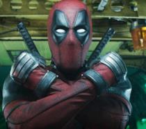 Un primo piano di Deadpool nel secondo film della saga
