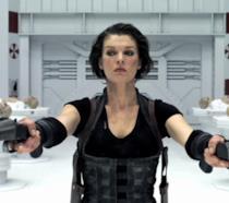 Milla Jovovich spara in una scena della saga cinematografica di Resident Evil