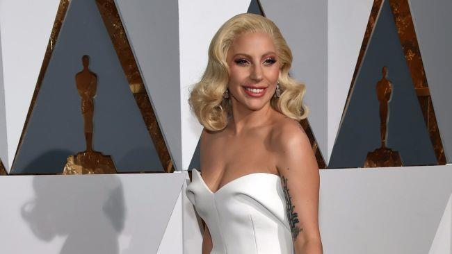 Lady Gaga in abito bianco agli Oscar 2016 mostra il suo nuovo stile