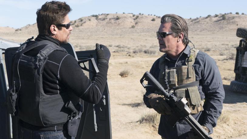 Josh Brolin e Benicio del Toro in una scena di Soldado
