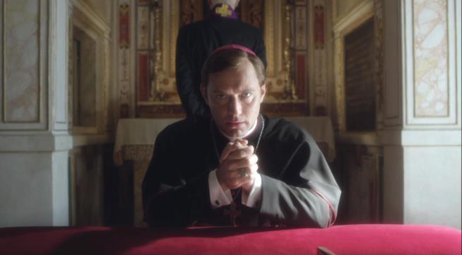 Jude Law in una scena della serie TV di Sorrentino The Young Pope
