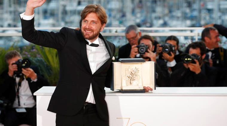Il regista Ruben Ostlund con il riconoscimento ricevuto per The Square