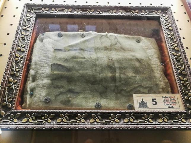 L'impronta di una mano lasciata da una donna sulla manica della camicia di suo figlio dopo la sua morte