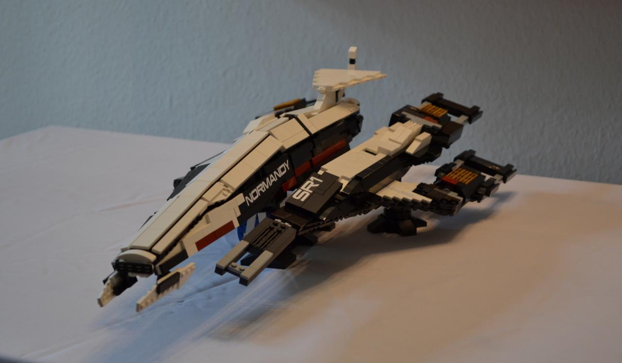 Il modellino LEGO dellaNormandy visto di fronte