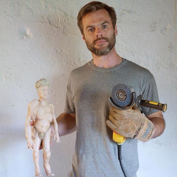 Mike in posa con una delle sue statue