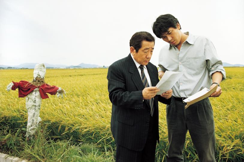 Byun Hee-bong e Kim Sang-Kyung in una scena del film Memorie di un assassino