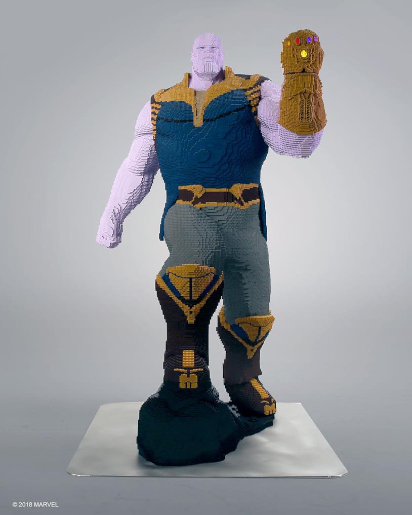 Statua di Thanos in LEGO, vista frontale