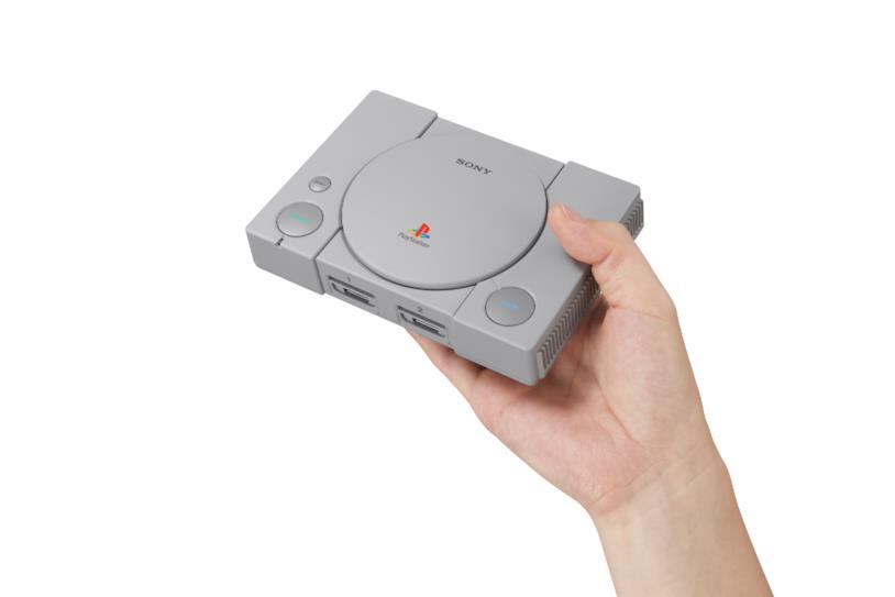 PlayStation Classic in una mano