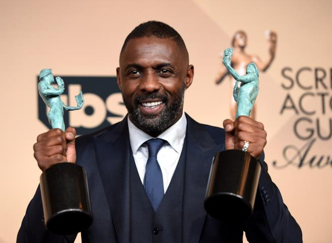 Idris Elba con i suoi due SAG Awards