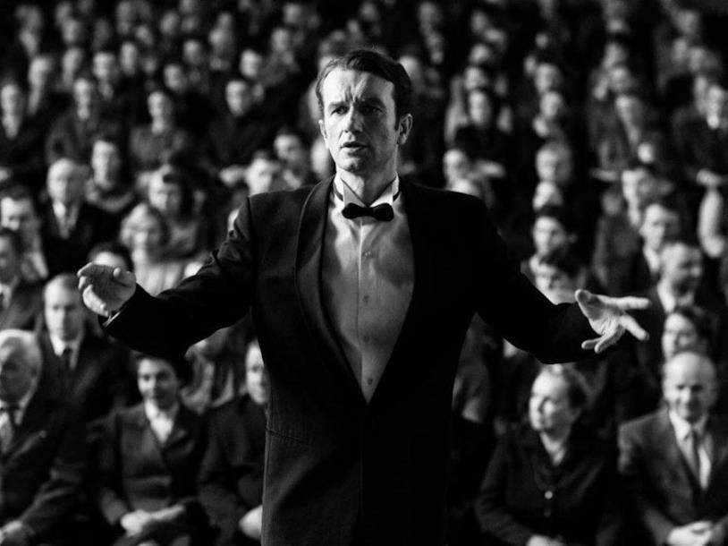 Viktor (Tomasz Kot) dirige un'orchestra in Cold War