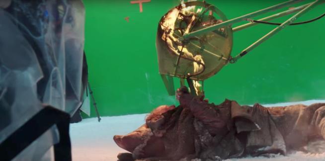 Il povero Thoros dilaniato da una tremenda cesta in fiamme con attaccati dei bastoni verdi
