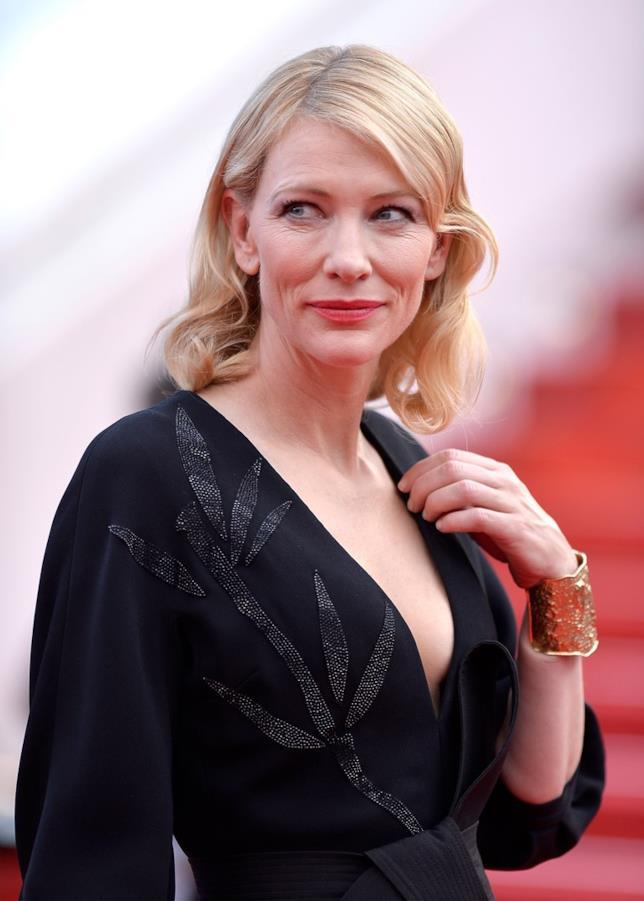 L'attrice Cate Blanchett sul tappeto rosso di Cannes