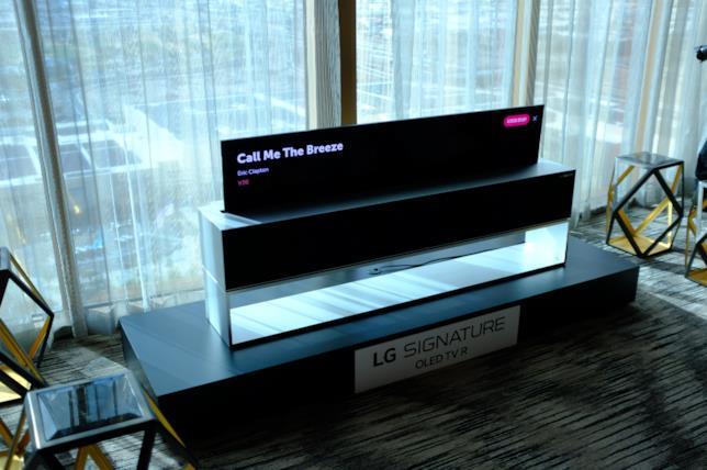 Una foto scattata al CES 2019 della LG Signature OLED TV R in Line Mode